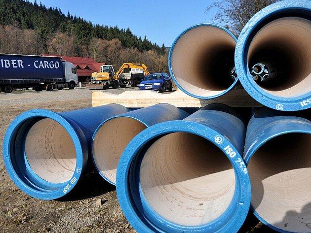 První část dlouho očekávané přeložky vodovodu v Lidečku, který je ohrožený rozsáhlým sesuvem půdy, je takřka u konce. Náročnější stavební práce čekají stavební dělníky v příštím roce.