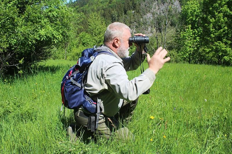 Jaromír Navrátil je dobrovolným strážcem CHKO Beskydy. Pulčínské skály mu učarovaly už v dětství. Je i okolí chrání už přes čtyřicet let. K nezbytné výbavě stráže přírody patří dalekohled.