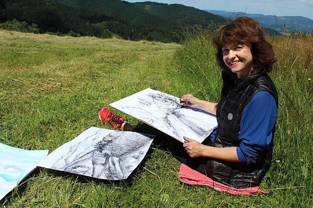 Třiadvacet milovníků umění a valašské krajiny se sešlo v týdnu od 2. do 8. července 2018 na kurzu Malířská škola na Soláni. Hlavně odpočinout si přijela Jarmila Frydrychová.