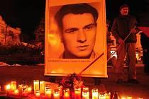 Lidé ve středu 16. ledna 2019 na náměstí ve Valašském Meziříčí zapalují svíčky u portrétu Jana Palacha a připomínají si tak 50. výročí studentova pokusu o upálení se na protest proti okupaci vojsky Varšavské smlouvy.