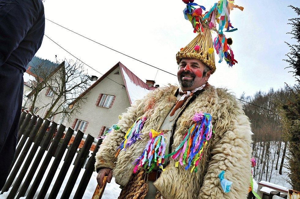 Slaměný medvěd. Masopustní obchůzka v Lužné na Hornolidečsku; 19. února 2012