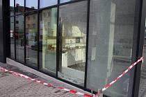 Poničená výloha Smetanovy obchodní galerie ve Vsetíně; pátek 8. listopadu 2019