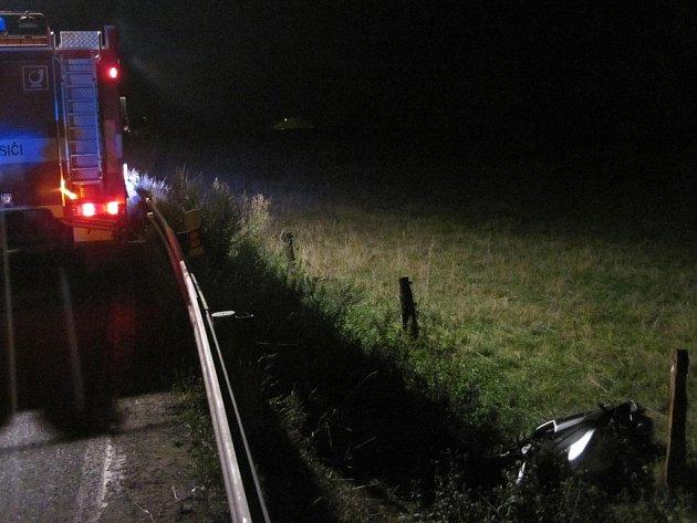 Motorkář skončil i se svým strojem za svodidly