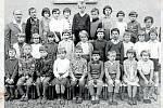 ŠKOLA.Žáci školy v Janové, 8. 6. 1967. Těsně před zrušením školy v Janové to vypadalo, že zde bude zapsáno asi jen pět žáků. V roce 1923 bylo naopak na školu zapsáno neuvěřitelných 119 dětí.