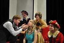 Herci divadla Chaos vstupují do každé sezony s novou hrou. Letošní premiéru komedie Pod praporem něžných dam odehrají v sobotu.