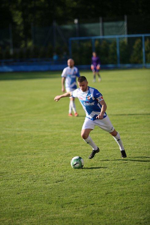Fotbalisté Vsetína v modrobílých dresech statečně vzdorovali českým mladíkům do 18 let.