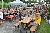 Diváci sledují účinkující na 25. ročníku hudebního festivalu Amfolkfest v Pulčíně u Francovy Lhoty; sobota 25. července 2020