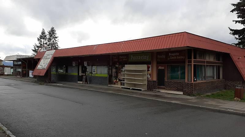 Halenkov - pizzerie Ponko a dům služeb v centru obce.