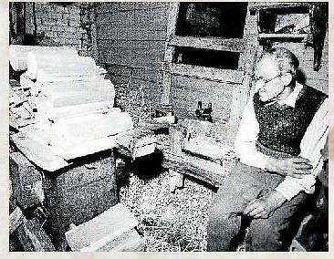 Poslední ruční výrobce špejlí Jan Urban ve své dílničce v roce 1977