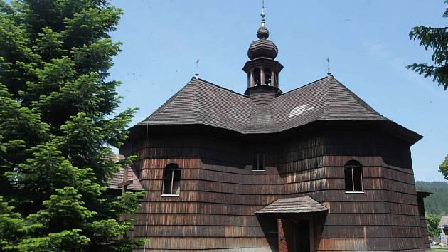 Římskokatolický kostel Panny Marie Sněžné ve Velkých Karlovicích.