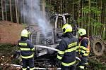 Hasiči v pátek 17. května 2019 v lese u Mikulůvky na Vsetínsku kontrolují požárem zničený lesní traktor.