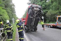 Řidička skončila s autem na střeše v potoce