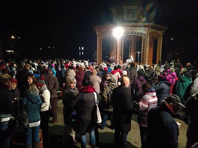 Rožnov pod Radhoštěm se ve čtvrtek 13.prosince 2017zapojil do akce Česko zpívá koledy poprvé. KHudebnímu altánu si sCimbálovou muzikou Polajka přišlo zazpívat více než 600lidí.