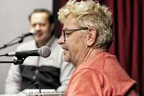 Natáčení podcastu v T klubu - kulturní agentuře v Rožnově pod Radhoštěm s hudebníkem a frontmanem kapely Mňága a Žďorp Petrem Fialou.