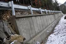 Sesuv v Dolní Bečvě podpírá 110 metrů dlouhá železobetonová zeď.