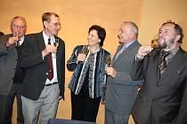 Slavnostním podpisem darovacích smluv završili zástupci společnosti Zetex a představitelé vsetínské radnice převod zimního stadionu na město Vsetín. Na závěr si připili šampaňským