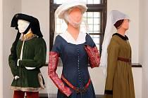 Výstava Co na sebe aneb pohled do historie odívání v Muzejním a galerijním centru v zámku Žerotínů ve Valašském Meziříčí.