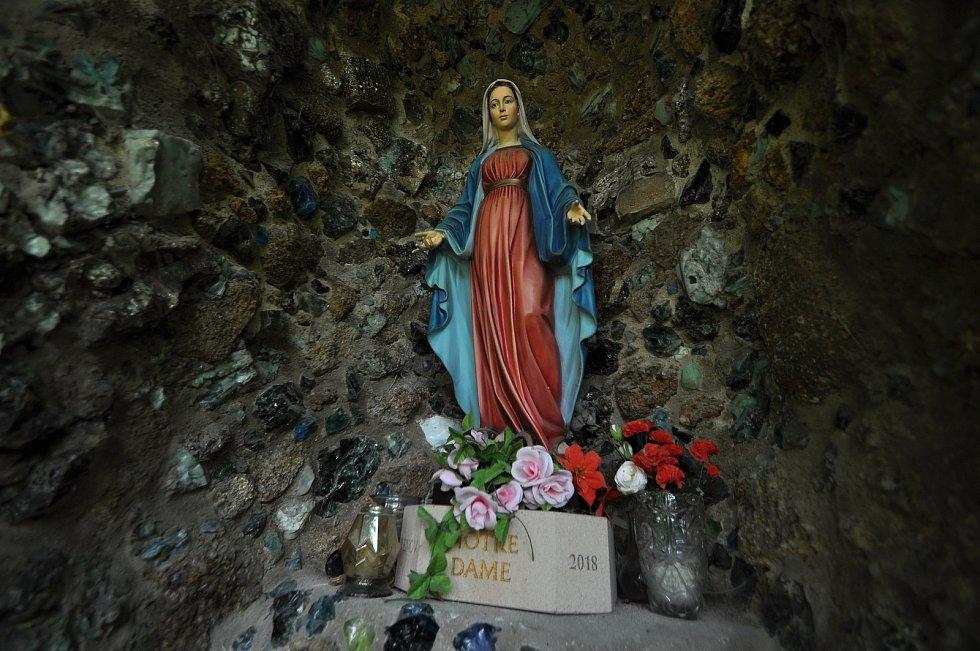 Zašová - soška Panny Marie v klášterní zahradě.