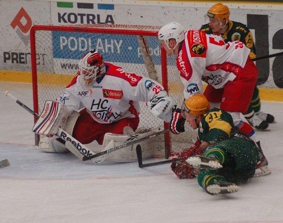 Hokejisté Vsetína (zelené dresy) ve druhém čtvrtfinále play off podlehli Porubě 2:5.