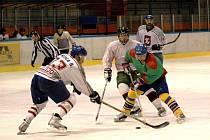 Extraliga amatérského hokeje, utkání MP Krásno (zelené dresy) – Tondach Hranice.
