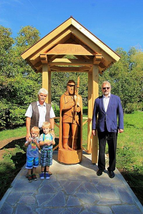 Řezbář Vlastimil Hrabovský (vlevo) a starosta Kladerub Miloš Konečný při slavnostním odhalení sochy sv. Huberta; září 2018