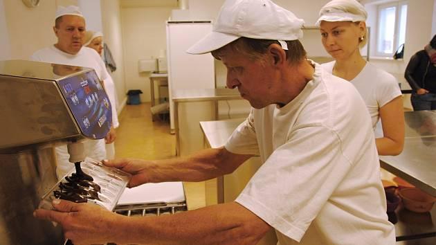 Valašskomeziříčská Diakonie zahájila provoz pralinkárny, ve které nabídla pracovní uplatnění čtyřem mentálně postiženým a duševně nemocným lidem a klientům s alkoholovou demencí.