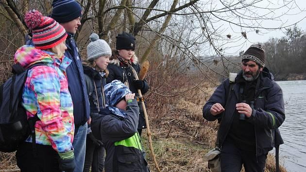 Meziříčští dobrovolníci sčítali v sobotu 11. ledna 2020 s dalekohledy a zápisníky zimní ptáky na řece Bečvě. Vpravo  vedoucí výpravy Miroslav Dvorský.
