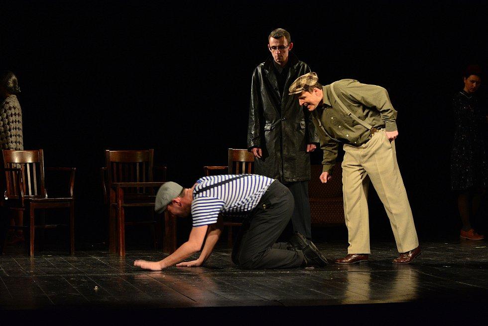 Premiéra divadelní hry Mlčení, v níž účinkují klienti a příznivci nízkoprahového centra Archa Vsetín ve vsetínském Lidovém domě v roce 2020.