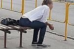 Záběry stopařky - skokanky, která ohrožuje život svůj i bezpečnost silničního provozu ve Vsetíně u benzínky Shell kolují na sociálních sítích.