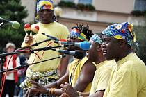 Černošští hudebníci ze skupiny Bana Congo z Konga vystupují v pátek 8. června 2012 na Masarykově náměstí v Rožnově pod Radhoštěm. Vystoupení sloužilo jako hudební pozvánka na slavnostní večerní zahájení 19. ročníku festivalu Rožnovská valaška. Ta se ve mě