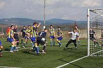 Po dvou jarních vítězstvích přivítal celek Valašského Meziříčí v neděli odpoledne na domácím hřišti Opavu B (žlutomodré dresy). Zápas skončil dělbou bodů.