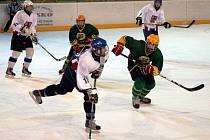 V přípravném utkání na vsetínském stadionu Na Lapači prohráli starší dorostenci Vsetína (zelené dresy) s výběrem ČR U16 2:4.