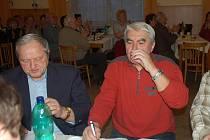 Jan Bechný (vpravo)  při koštu slivovice.