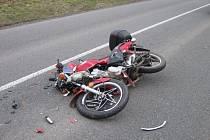Dopravní nehoda motocyklu, autobusu a osobního vozidla.