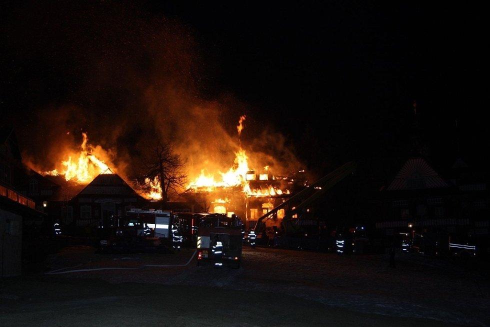 Rozsáhlý požár zachvátil v nočních hodinách objekt chaty v lokalitě Pustevny na Vsetínsku.