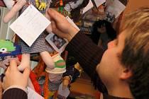 Městská knihovna zahájila 1. prosince prodej látkových panenek v rámci tradiční dobročinné akce s názvem Adoptuj panenku a zachráníš dítě. Výtěžek z prodeje panenek poslouží k úhradě očkování jednoho dítěte z rozvojové země proti spalničkám, záškrtu, čern