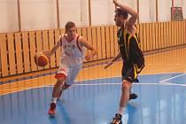 Basketbalisté KK Valašské Meziříčí (bílé dresy, s míčem Jan Kročil).