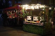 Ve Vsetíně začala předvánoční akce s názvem Veselé vánoční hody. Každý den v 9.00 hodin začíná jarmark. Na středu a na čtvrtek připravili manželé Hurtovi program Dětského vánočního městečka.