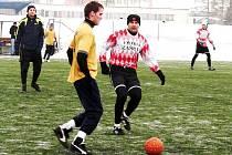 V zápase zimního turnaje ve Valašském Meziříčí si Zubří poradilo se Zašovou (červenobílé dresy) a vyhrálo 4:2. Hru vítězů skvěle dirigoval Radek Chumchal (s míčem).