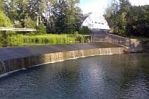 Mladý muž spadl ze splavu do vody Rožnovské Bečvy.
