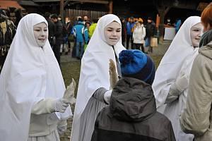 Bíle oděné lucky procházejí v sobotu 14. prosince 2019 mezi návštěvníky tradičního Vánočního jarmarku ve Valašském muzeu v přírodě v Rožnově pod Radhoštěm.