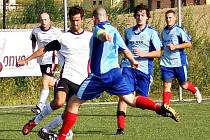 Fotbalisté Valašského Meziříčí B (bílé dresy) porazili rezervu Velkých Karlovic + Karolinky vysoko 6:1.