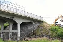 Dělníci začali zkraje července 2020 bourat most na Bobrkách. Silnice bude zcela uzavřená do října 2021.