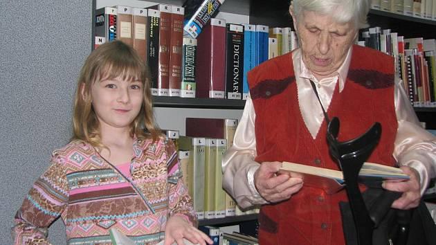 Osmiletá Lucie Chumchalová a osmdesátiletá Lýdie Zajíčková z Valašského Meziříčí přečtou ročně hohromady přes čtyři sta knih.