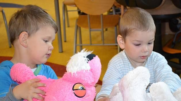 Děti hospitalizované ve valašskomeziříčské nemocnici dostaly od otrokovických florbalistů a fanoušků tohoto sportu plyšové hračky.