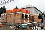 Školka v Ratiboři ještě před opravou v dubnu loňského roku. Úprava původní budovy, ale především přístavba nové části (v levé části) zvedla kapacitu na osmdesát pět dětí a zvýšila komfort pro školkáče i personál.