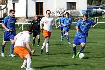 Fotbalisté Zašové (modré dresy) doma prohráli s Hutiskem 0:5.