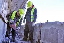 Stavební dělníci pracují na opravách a zateplení polikliniky nemocnice ve Vsetíně, pondělí 10. března 2014