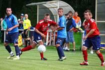 Fotbalisté Podlesí (modré dresy) urvali s Valašskými Klobouky dva body po penaltách.