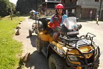 Záchranář Horské služby Beskydy dopravil v neděli 28. června 2020 k horské chatě Vsacký Cáb zraněného cyklistu.